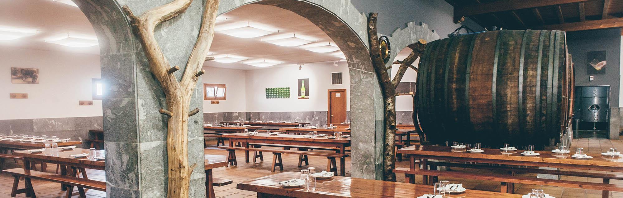 Photos de la salle à manger d'Aburuza, d'une capacité de plus de 300 personnes, équipée d'air conditionné, chauffage et wifi