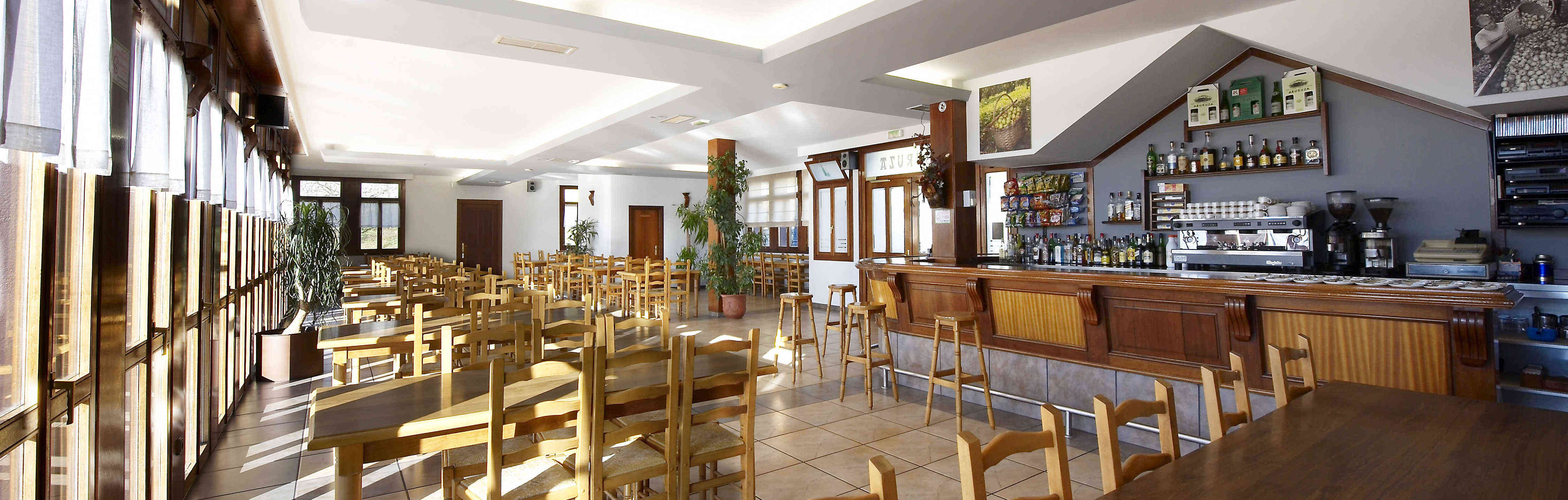 Photos de la cafétéria, avec ses deux terrasses et de merveilleuses vues
